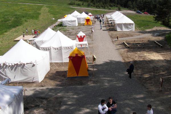 Stredoveký vojenský tábor je východzim miestom pre pešiu